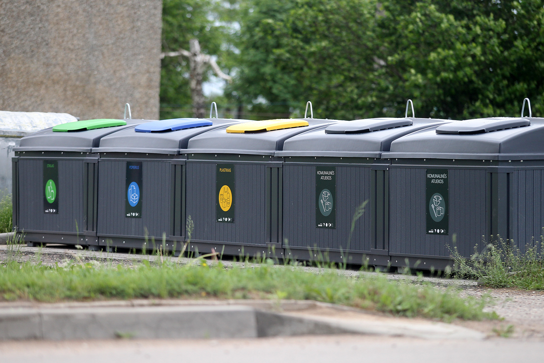 Nauji atliekų rūšiavimo konteineriai džiugina ne visus. Džiaugsmo jie neteikia tiems, kuriems pastatomi per arti daugiabučių. Algimanto Barzdžiaus nuotr.
