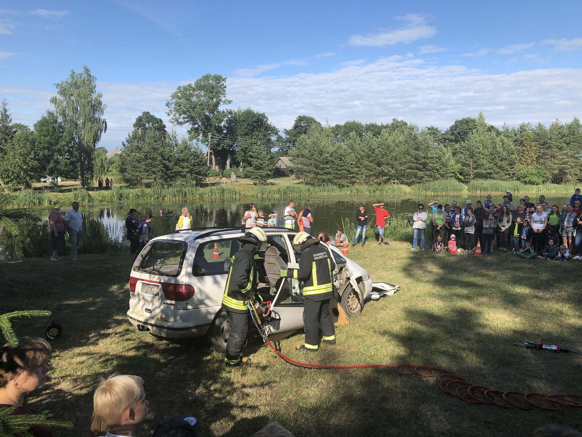 Parodomoji Kėdainių priešgaisrinės gelbėjimo tarnybos programa – iš prispausto automobilio vaduojamas žmogus./ A. Balčiūnienės nuotr.