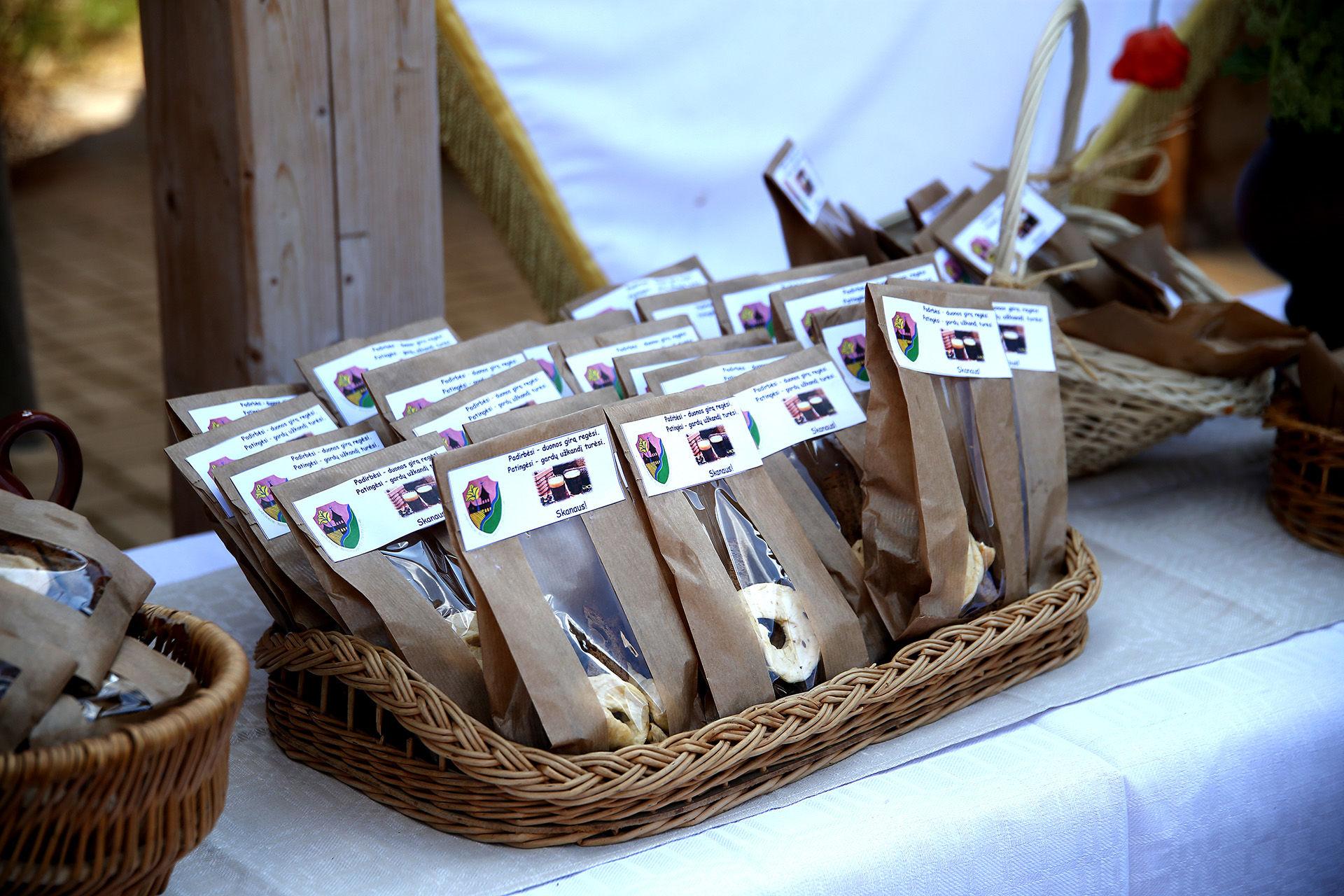 Labūnava – su duona ir su duonos gaminiais siejamas kaimas, todėl visiems apsilankiusiesiems buvo įteikti giros gaminimo paruoštukai. A. Barzdžiaus nuotr.