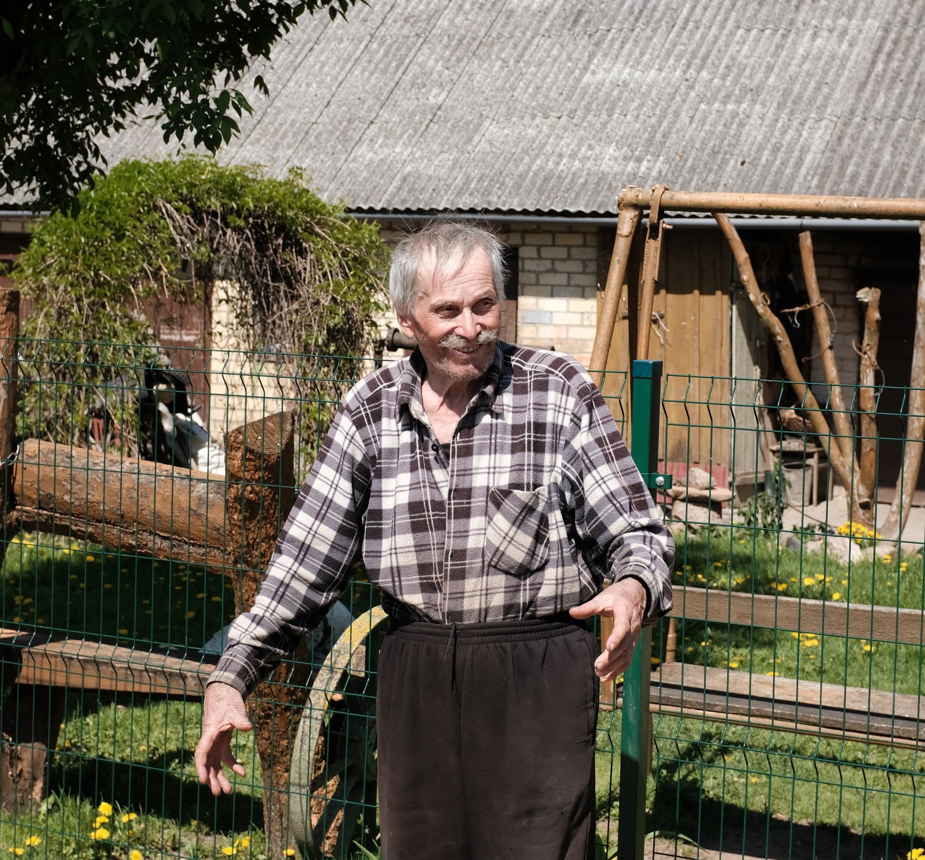 Vladas yra prisidėjęs kone prie kiekvieno ankstesnio kaimo namelio statybos, mat visą gyvenimą ir dirbo statybininku. A. Kasparavičiaus nuotr.