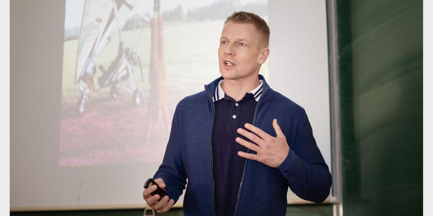 """Fotografas ordino """"Už nuopelnus Lietuvai"""" Karininko kryžiaus laureatas Marius Jovaiša svečiavosi Akademijos ir Šviesiojoje gimnazijoje."""