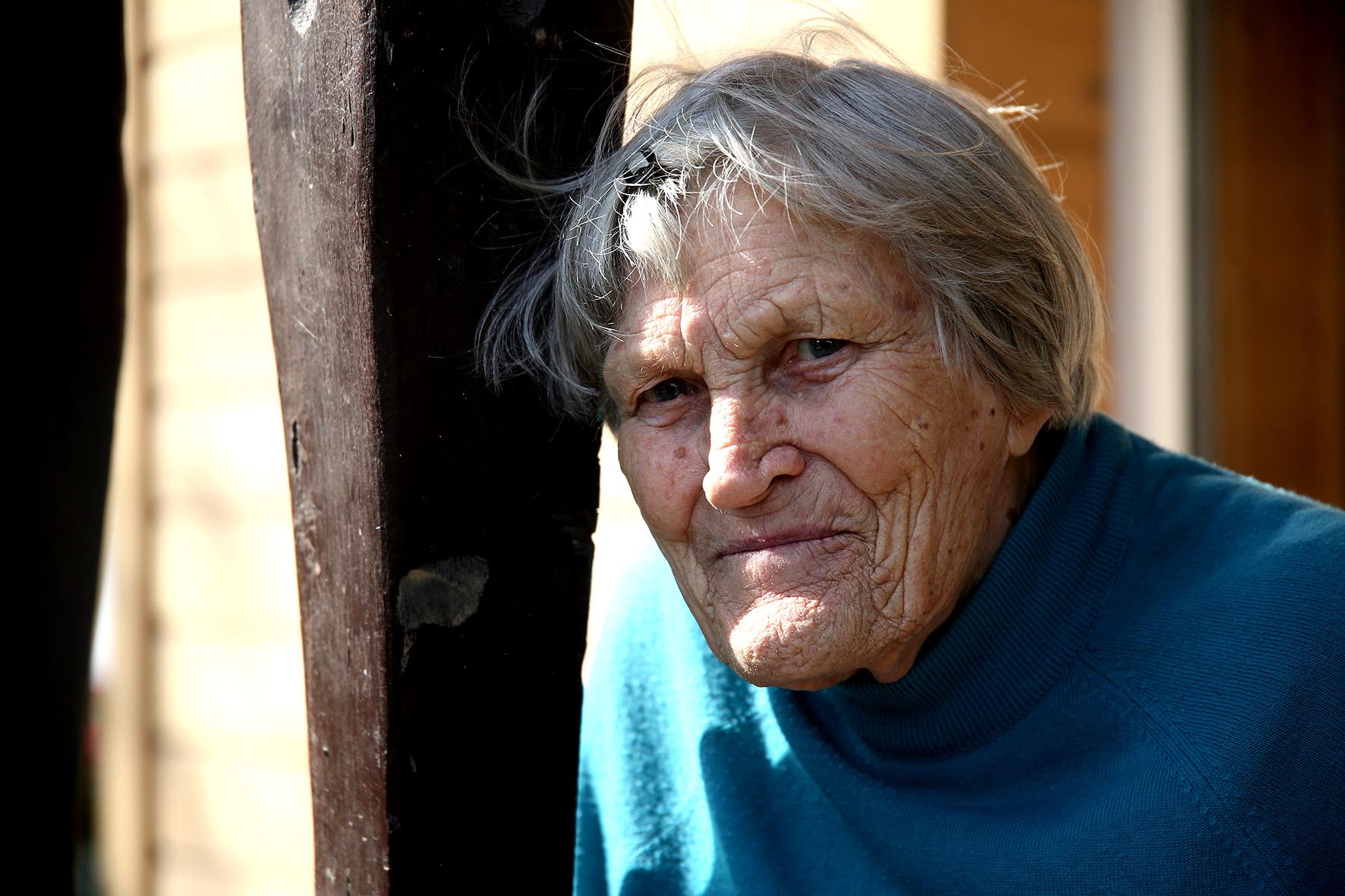 Netrukus duris mums praveria šios gražios trobos šeimininkė ponia Genovaitė. Močiutė tvarkosi kiek tik gali, jai padeda ir vaikai, ir anūkai. A. Barzdžiaus nuotr.