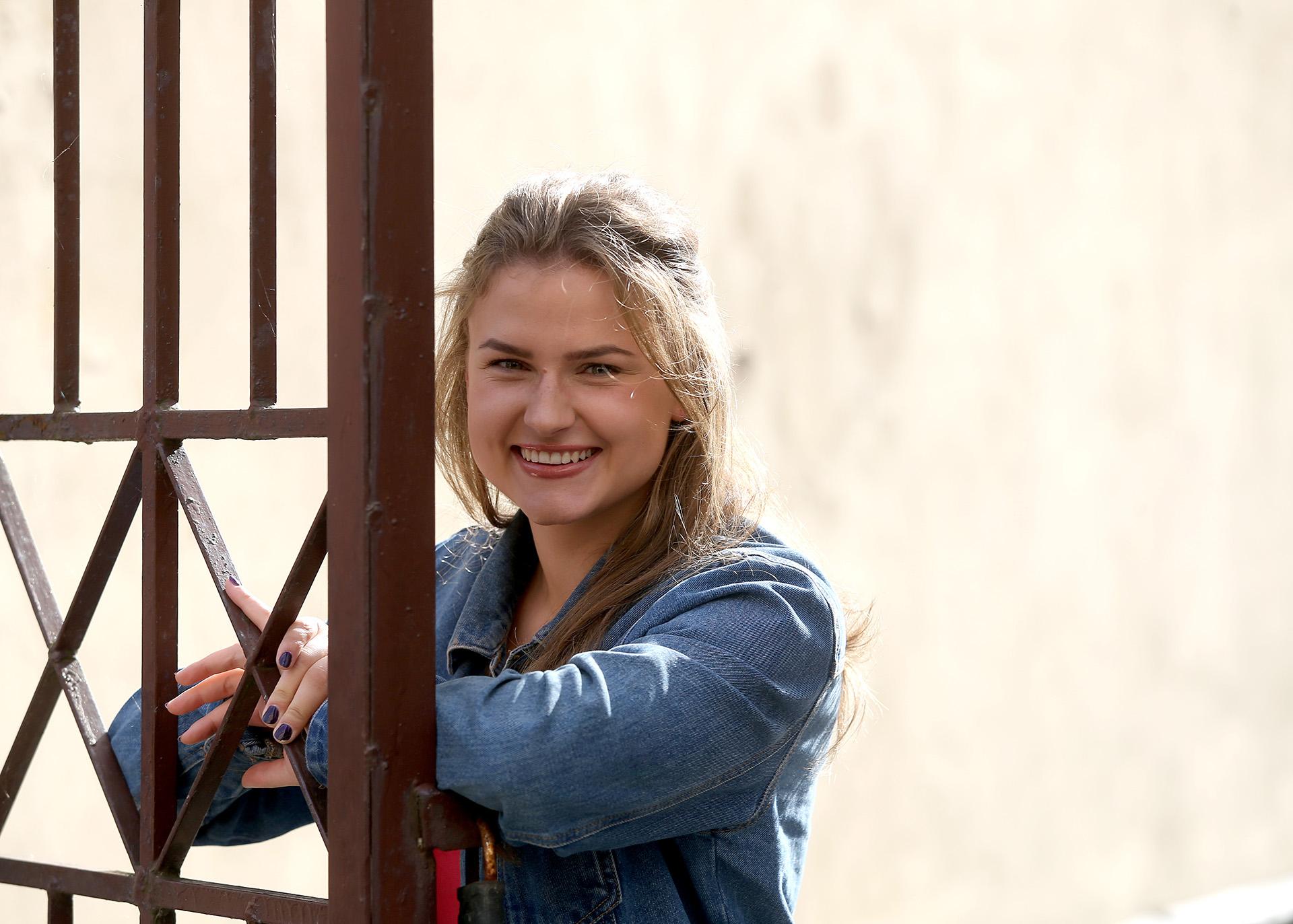 """Nors ir pralaimėjusi finalinėje TV3 realybės šou """"2 Barai"""" kovoje, M. Sabašinskaitė nestokojo geros nuotaikos. Jau nuo vaikystės stypsėdama priešais veidrodį ji pati sau duodavo interviu, dainuodavo ir deklamuodavo eiles. Mergina neslepia svajojanti išbandyti laidos vedėjos kėdę, vieną dieną darbuotis priešais kameras. / A. Barzdžiaus nuotr."""