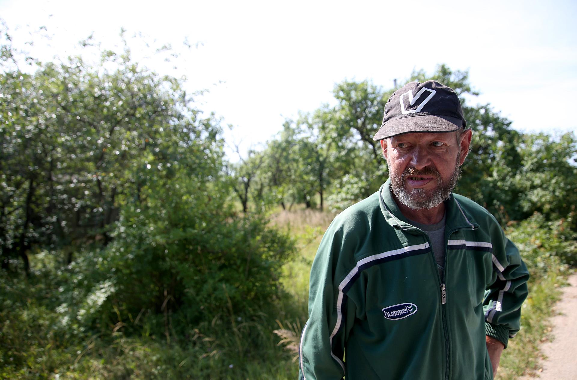 Kiek tolėliau pamatome mus įdėmiai apžiūrinėjantį vyriškį. Tai – vietos gyventojas Robertas. A. Barzdžiaus nuotr.