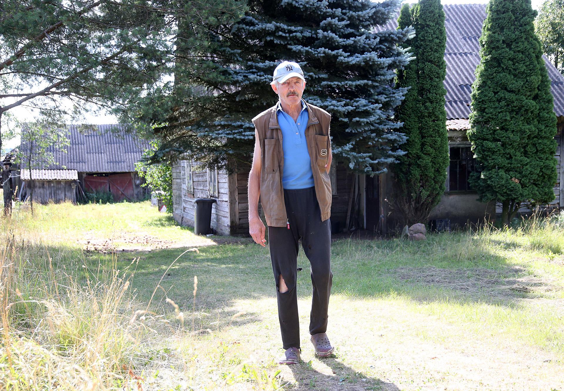 Vaikšto sau kaip gandras kaimynas Algirdas po kiemą ir laukia kol jį į kaimą atvykę nežinomi prašalaičiai pakalbins. A. Barzdžiaus nuotr.
