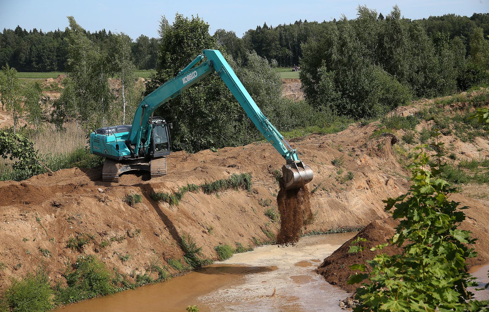 Pavažiavę keletą kilometrų galų gale išvystame didžiulius vandens plotus – tai garsieji Milžemių karjerai. Čia kasamas žvyras jau daugybę metų, karjerai veikia iki šiol. A. Barzdžiaus nuotr.
