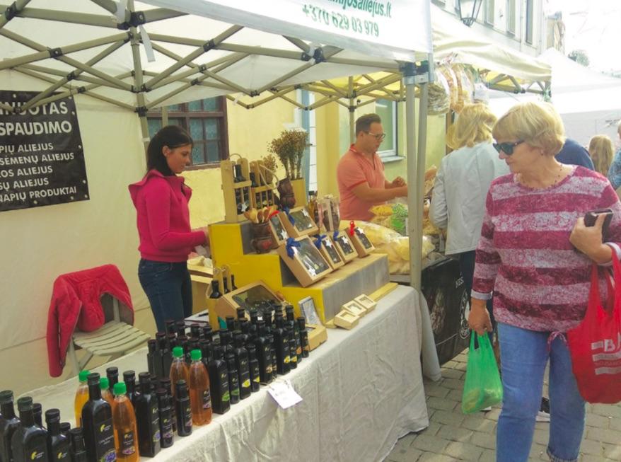 Prekybininkė Rasa kėdainiečiams siūlė išbandyti sveikatos ir grožio eliksyrų – įvairių aliejų. / Dimitrijaus Kuprijanovo nuotr.