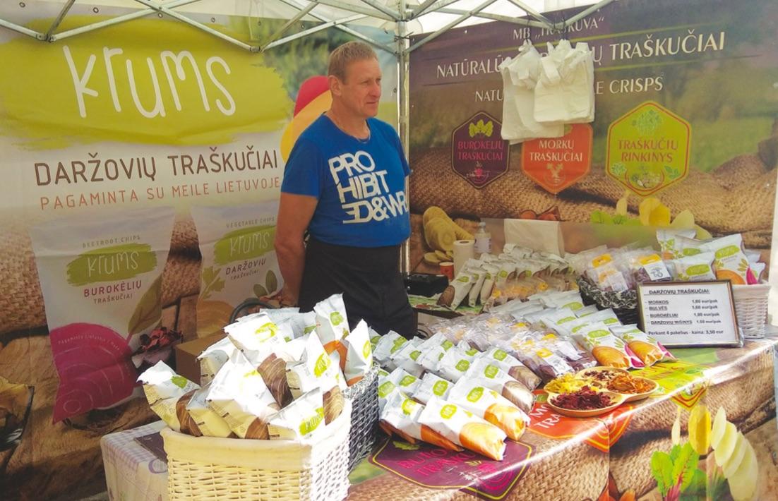 Dar vienas įdomesnių prekybininkų siūlomų produktų mugėje buvo įvairių daržovių sveiki traškučiai. / Dimitrijaus Kuprijanovo nuotr.