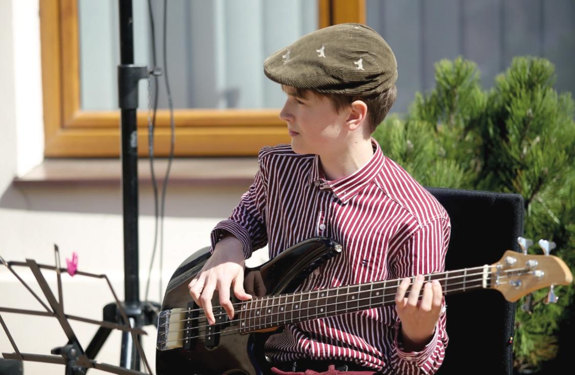 """""""Grojimas muzikos instrumentais vaikams padeda lavinti atmintį, gerina koordinaciją, gerinami matematiniai sugebėjimai, tobulėja skaitymo ir suvokimo įgūdžiai"""", – sako Kėdainių muzikos mokyklos Ankstyvojo meninio ugdymo skyriaus laisvo muzikalaus judesio mokytoja Angelė Navickienė./ Algimanto Barzdžiaus nuotr."""