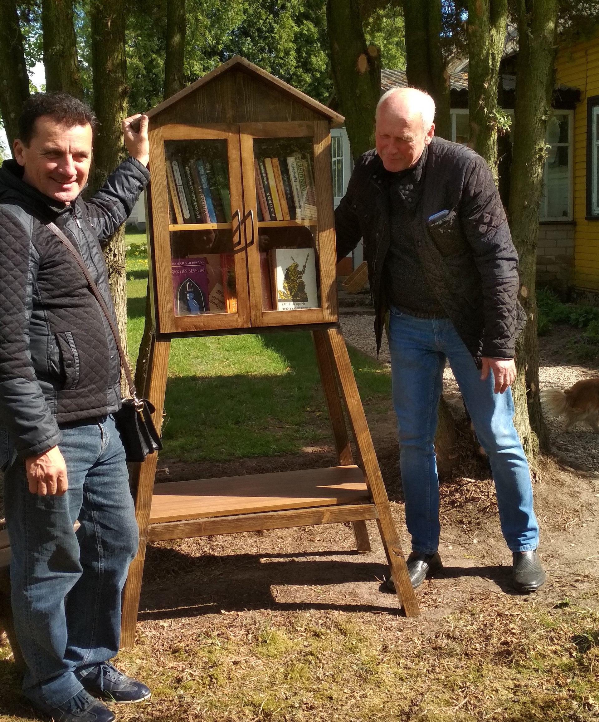 Prie knygų namelio Kęstutis Valionis (kairėje) ir Vytautas Zakaryza. Asmeninio archyvo nuotr.