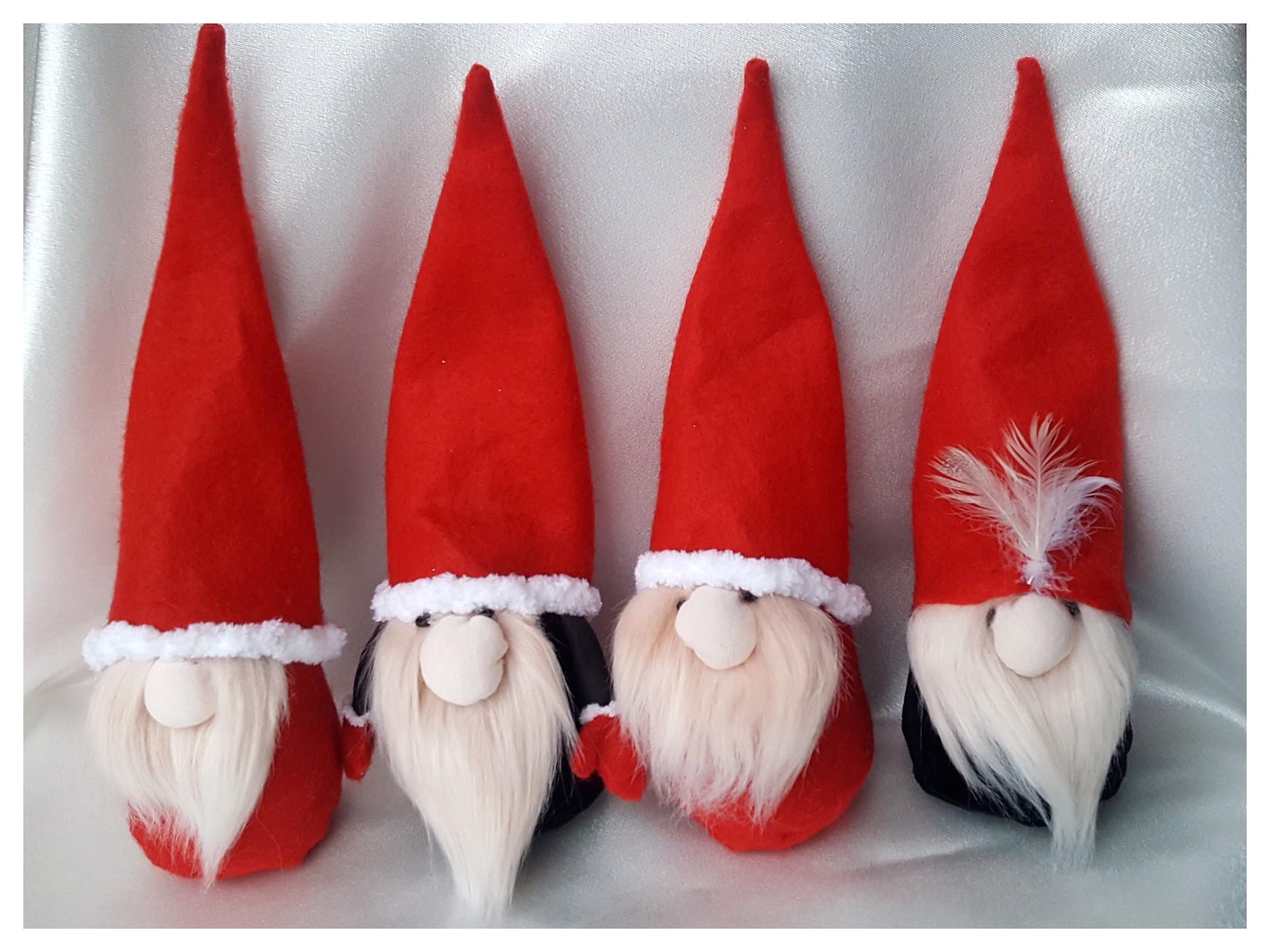 Artėjant Kalėdoms neapsieinama ir be šventinių dekoracijų kūrimo. Mieli nykštukai privers nusišypsoti kiekvieną. / Asmeninio archyvo nuotr.