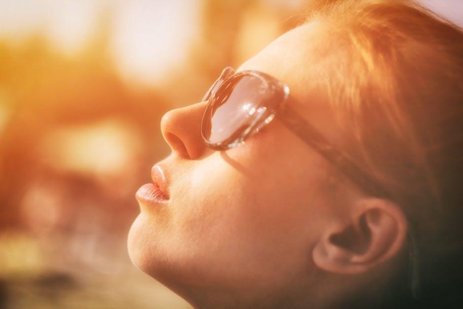 Veido oda su išorine aplinka – saulės spinduliais, šalčiu, chemikalais, toksinais ir kitokiais teršalais – susiduria daug dažniau nei kitos kūno odos sritys, todėl tampa lengviau pažeidžiama ir  reikalauja daugiau priežiūros.