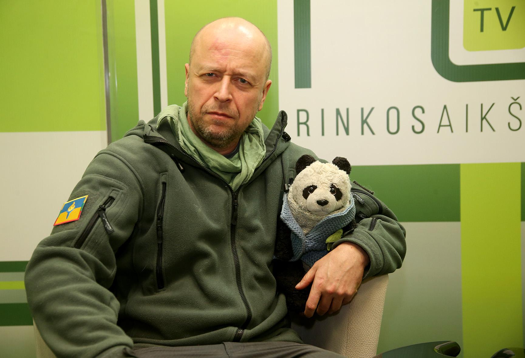"""Su Jonu Ohmanu visur keliauja pliušinė panda, kurią jis vadina patarėju, kolega, talismanu ir netgi """"frontininku"""". Ši panda buvo ir Ukrainoje: fronte bei pasitarimuose su aukštais pareigūnais. Meškiukas mylimas bei gerbiamas Ukrainos karių. """"Panda"""" taip pat yra ir J. Ohmano slapyvardis, kuriuo jį """"pakrikštijo"""" Ukrainoje. Algimanto Barzdžiaus nuotr."""