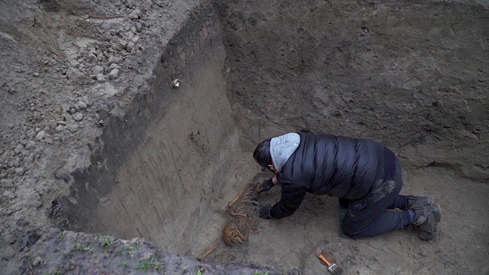 """Šalia Skongalio užtvankos atliekant archeologinius tyrinėjimus atkasti dar 30-ties žmonių palaikai. / """"Rinkos aikštės"""" TV stop kadras nuotr."""