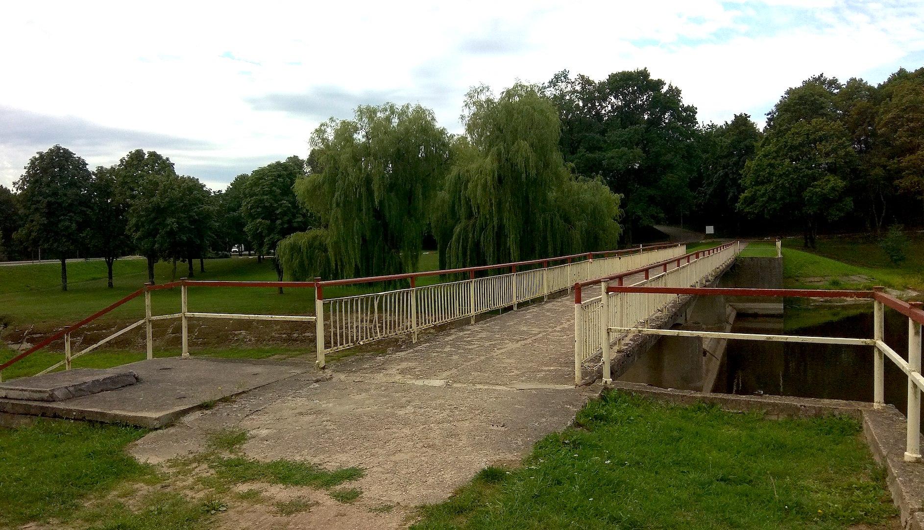 Įgyvendinus projektą bus atnaujintas ir tiltas per Dotnuvėlės užtvanką. Šiuo metu tiltas yra prastos būklės./ Dimitrijaus Kuprijanovo nuotr.