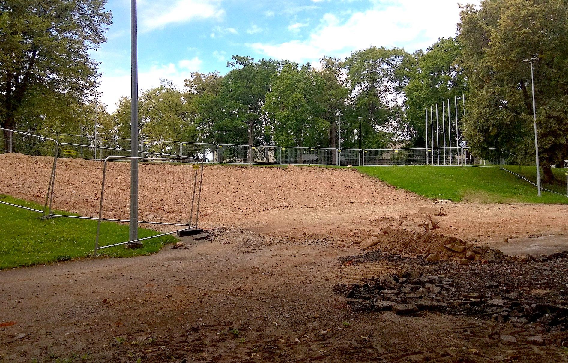 Šiuo metu yra išgriauta senoji estrada, ji bus padidinta į vandens pusę. Bus įrengiamos naujos sėdėjimo vietos žmonėms, jų bus 1 100./ Dimitrijaus Kuprijanovo nuotr.