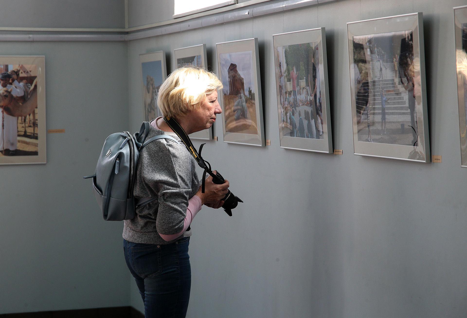 Į parodos pristatymą atvykę kraštiečiai smalsiai apžiūrinėjo kiekvieną Vytauto Valatkos fotografiją. Menininko darbuose – vaizdai iš įvairiausių Lietuvos ar pasaulio miestų: žmonės, architektūra, peizažai. Algimanto Barzdžiaus nuotr.