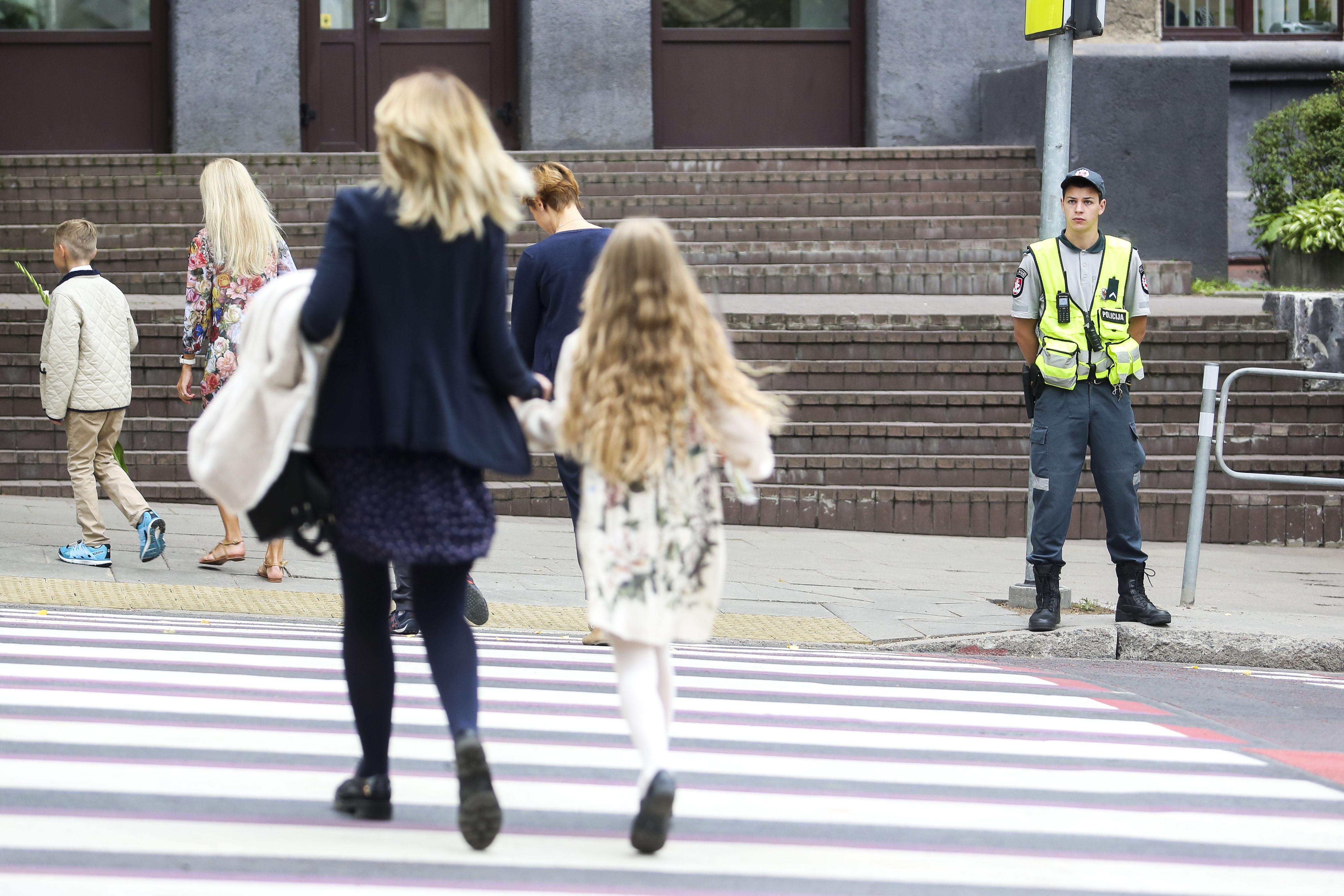 Pėsčiųjų perėja – tai ta vieta, kur kasmet nukenčia didelis skaičius pėsčiųjų. Pastarieji turi suprasti, kad pėsčiųjų perėja kirsti važiuojamąją dalį galima tik įsitikinus, kad tai daryti yra saugu. / BNS nuotr.