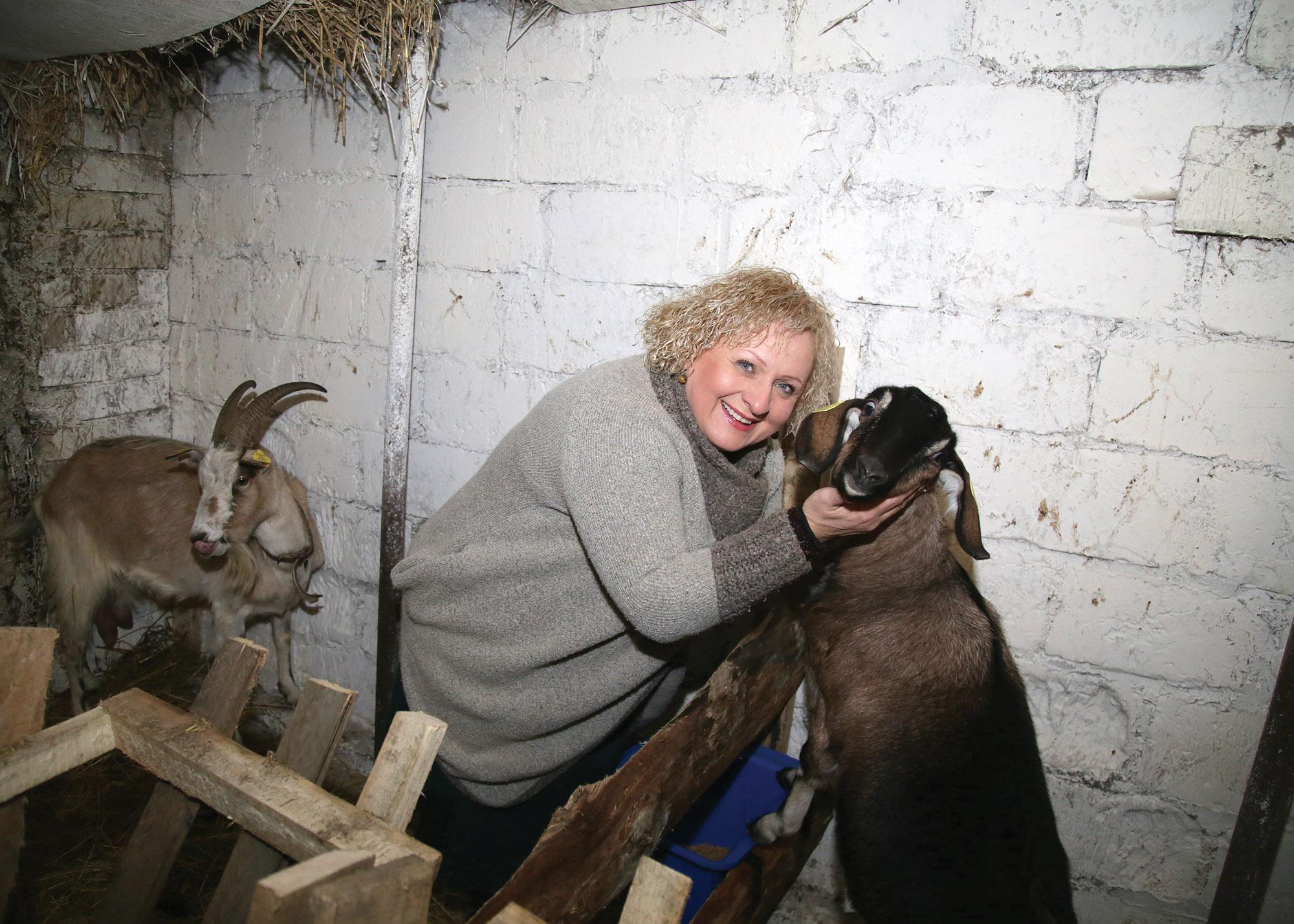 Namuose moteris rūpinasi ne tik šeimos nariais, bet ir gausiu bei mylimu ūkiu: ožkytėmis, kačiukais ir šuniukais./ G. Minelgaitės-Dautorės nuotr.