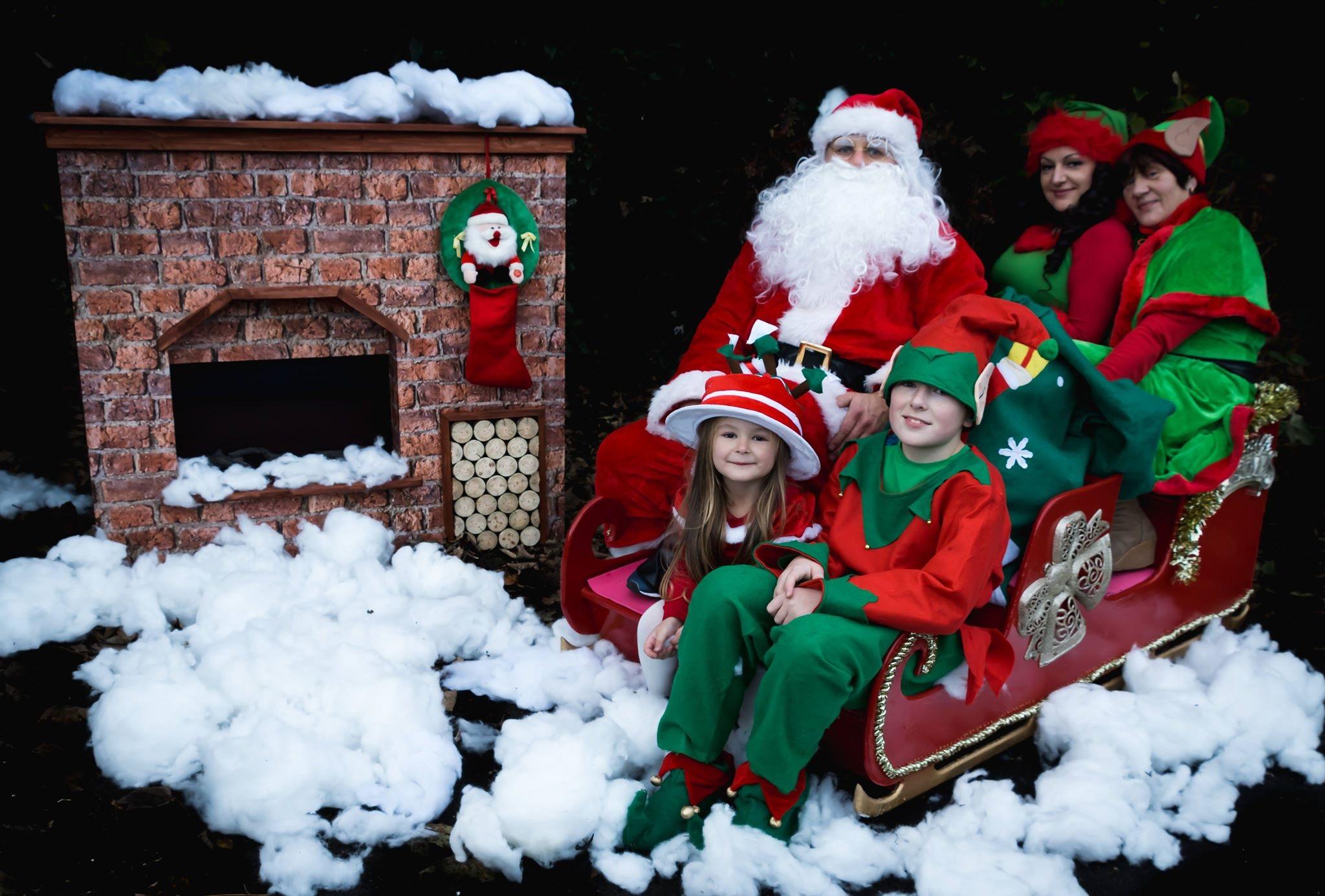 Organizuojant renginius neretai kraštiečiui tenka padirbėti ir... Kalėdų seneliu. Štai čia jis su visa savo šeima. / Asmeninio archyvo nuotr.