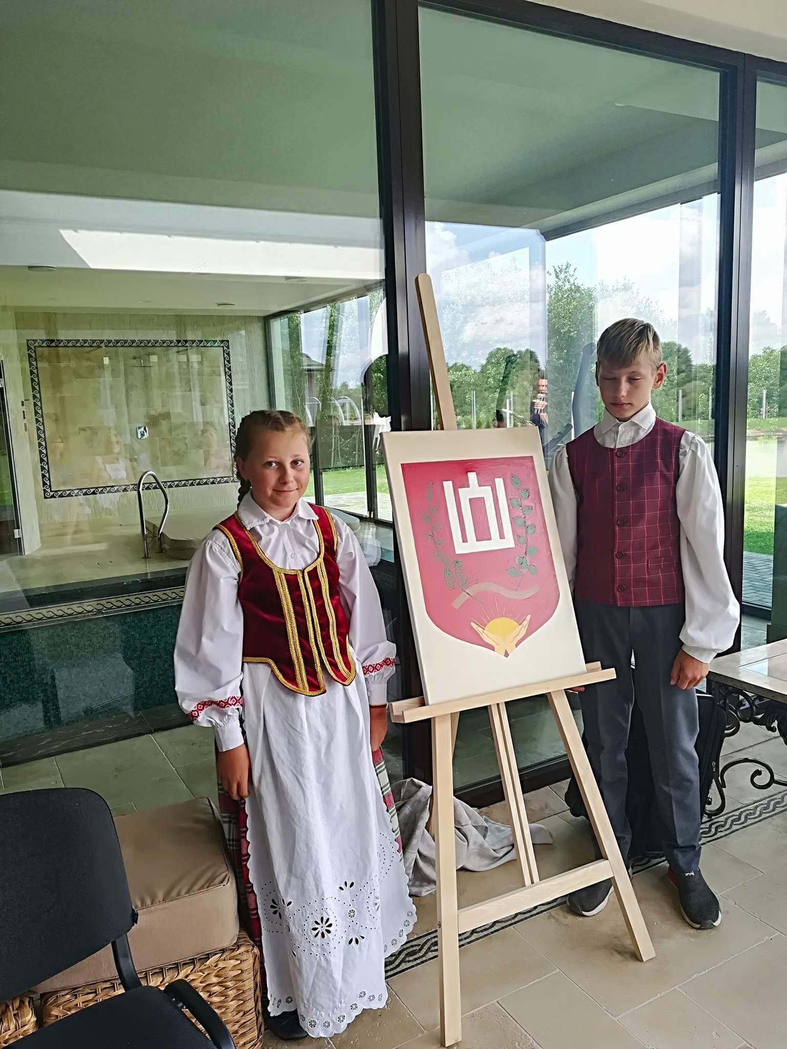Tautiniais drabužiais pasipuošę jaunieji bendruomenės nariai pristatė Gediminaičių. Bendruomenės nuotr.