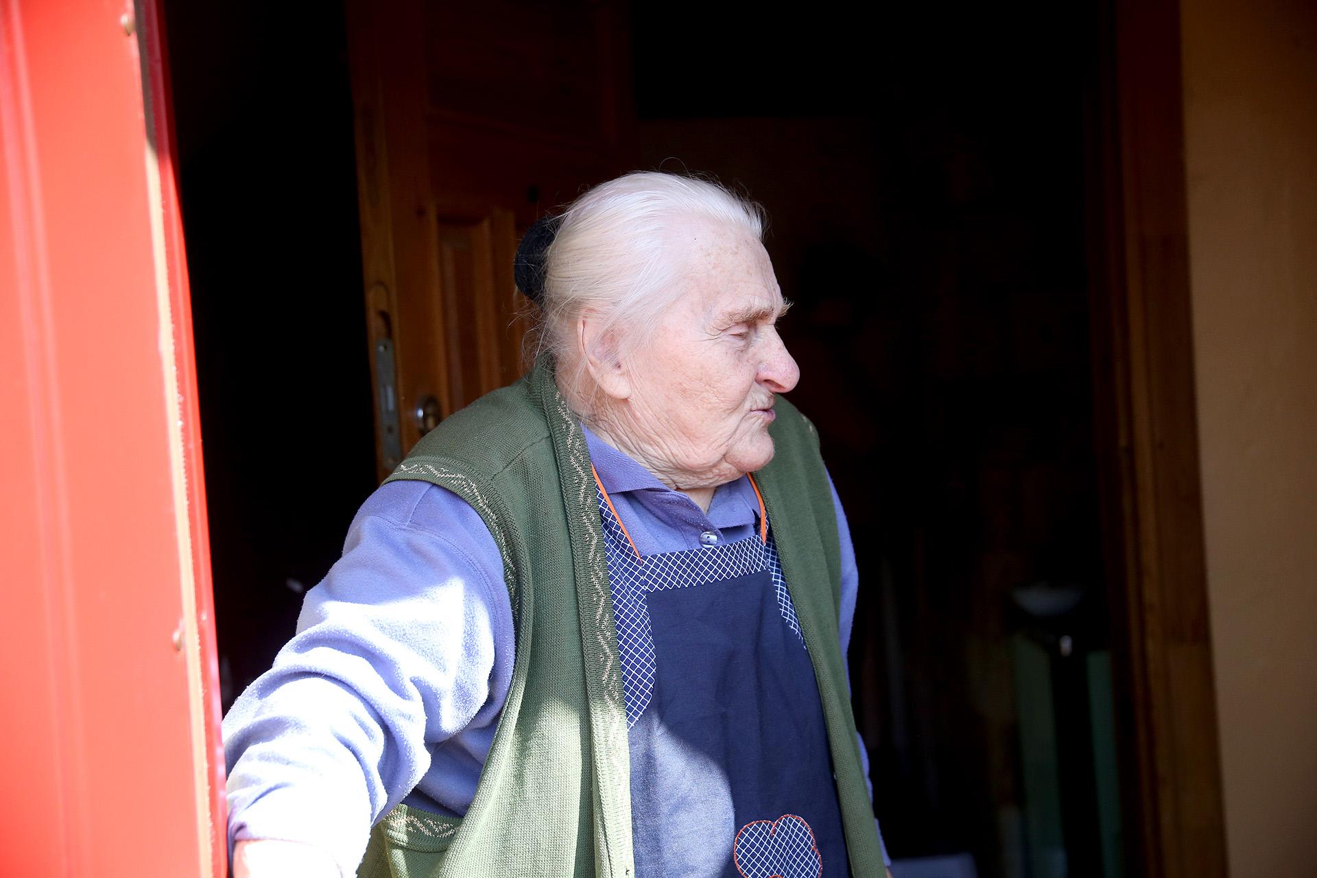 Sutinkame kaime jau daugybę metų gyvenančią garbaus amžiaus senjorę Aleksandrą. A. Barzdžiaus nuotr.
