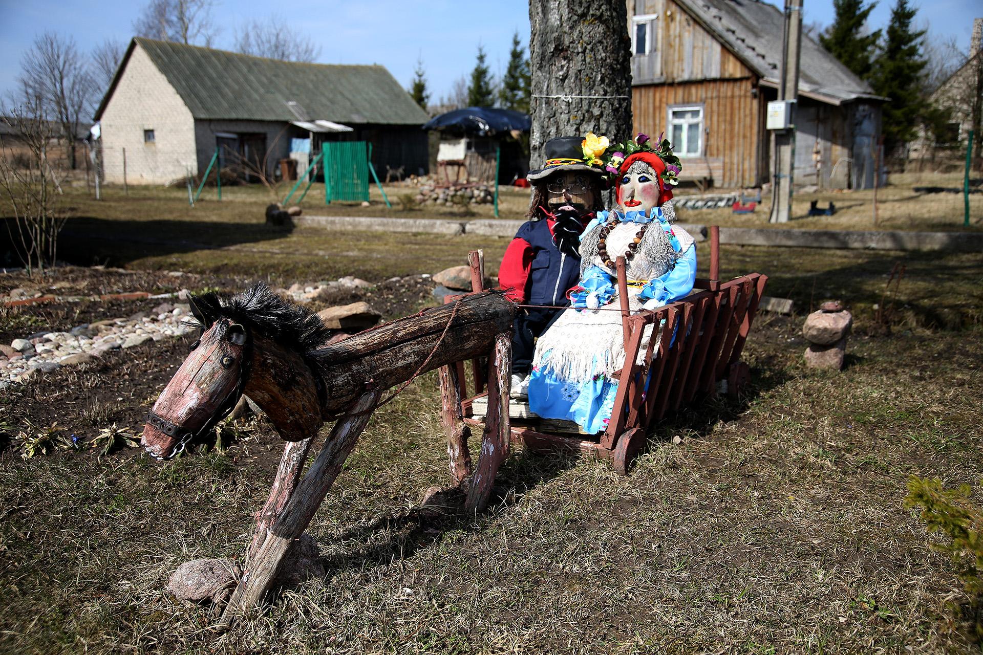 Tik įvažiavus į kaimą pamatome sodybą, kurios kieme stovi aklys, traukiantis vežimą, kuriame sėdi du žmonės – vyras su pačia. A. Barzdžiaus nuotr.