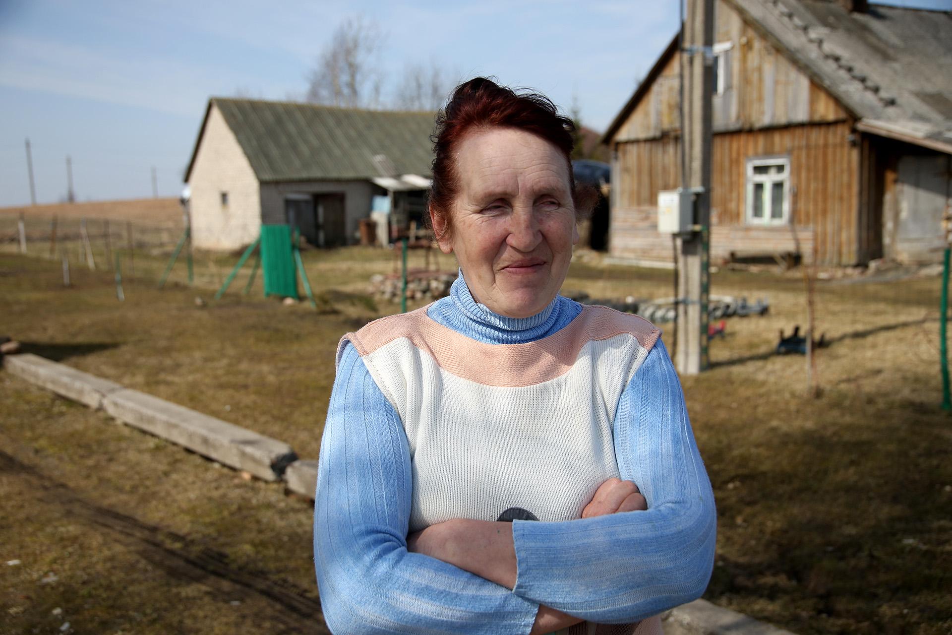 Pamačiusi mus kieman išeina ir šitos gražios kompozicijos savininkė Rukų kaimo naujakurė Virgina. A. Barzdžiaus nuotr.
