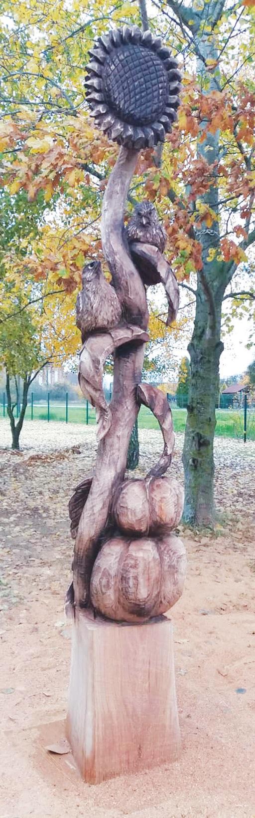 Drožėjas Raimondas Uždravis grandininiu pjūklu kuria įspūdingas medžio skulptūras.