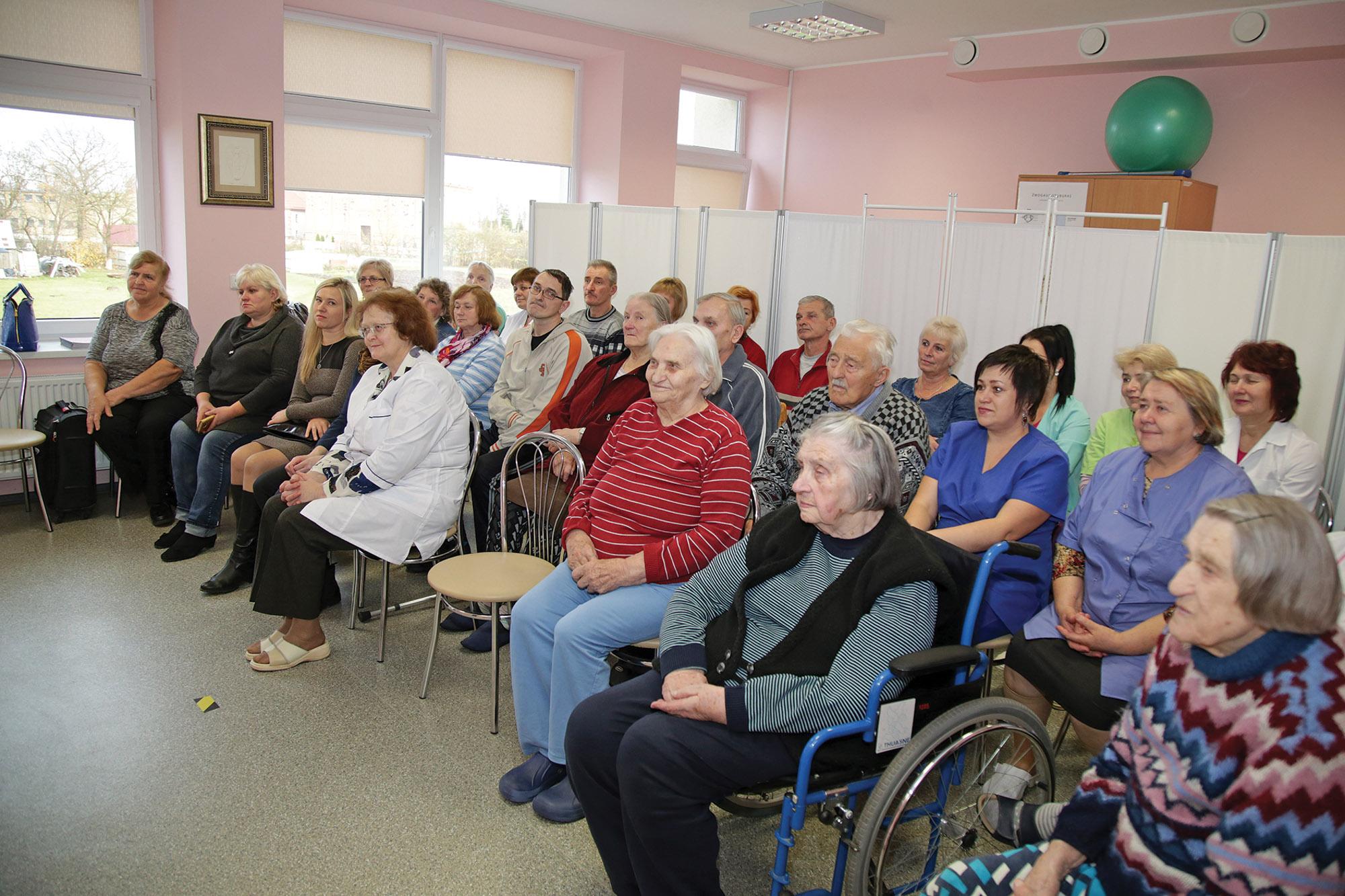 Dotnuvos slaugos namų senoliai ir darbuotojai susidomėję klausėsi viešnios iš Anglijos pasakojimų. Giedrės Minelgaitės-Dautorės nuotr.