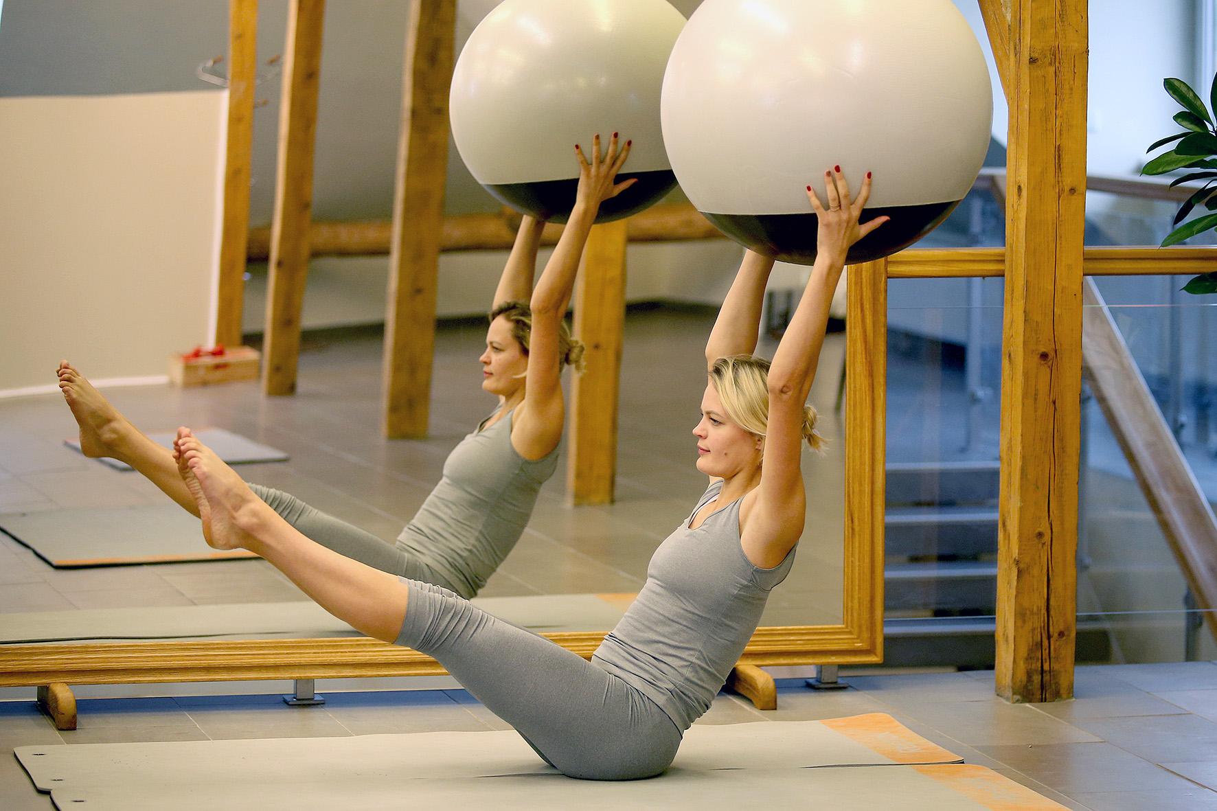 """Jaukiose naujai įsikūrusio pilateso ir sąmoningo judesio centro """"SimWay"""" erdvėse sveikatos ir sporto specialistė organizuoja Pilates, Barre, intensyvias treniruotes, taip pat treniruotes, skirtas senjorams, pečių lanko ir nugaros skausmus kenčiantiems asmenims. / A. Barzdžiaus nuotr."""