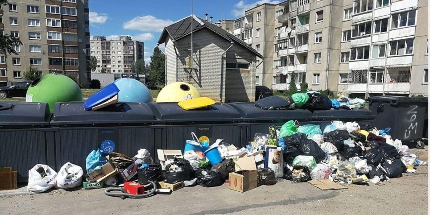 """Komunalines atliekas mieste išvežti įmonė """"VSA"""" turi kiekvieną dieną. Įmonė teigia savo įsipareigojimus vykdanti. / Skaitytojo nuotr."""