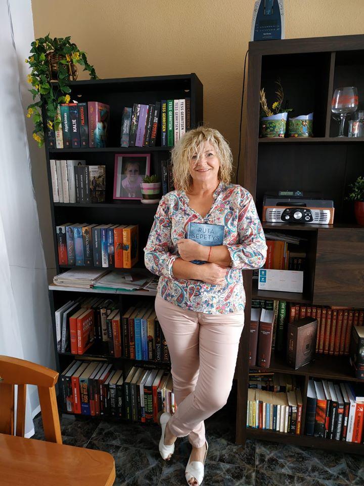 Danutė neslepia – namuose jie turi biblioteką, kurioje vien lietuviškos knygos. Tai – jų namų pasididžiavimas. / Asmeninio archyvo nuotr.