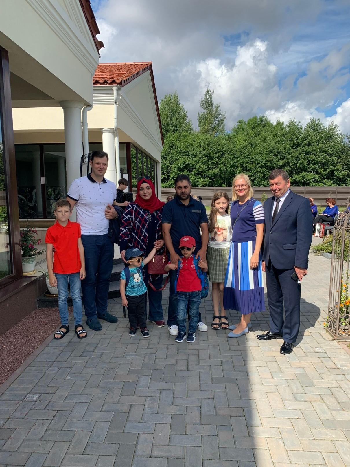 Kaip sekasi Kėdainių rajone prieš kelerius metus įsikūrusiai pabėgėlių šeimai iš Sirijos, domėjosi rajono meras Valentinas Tamulis ir vicemeras Paulius Aukštikalnis su žmona Giedre. Organizatorių nuotr.