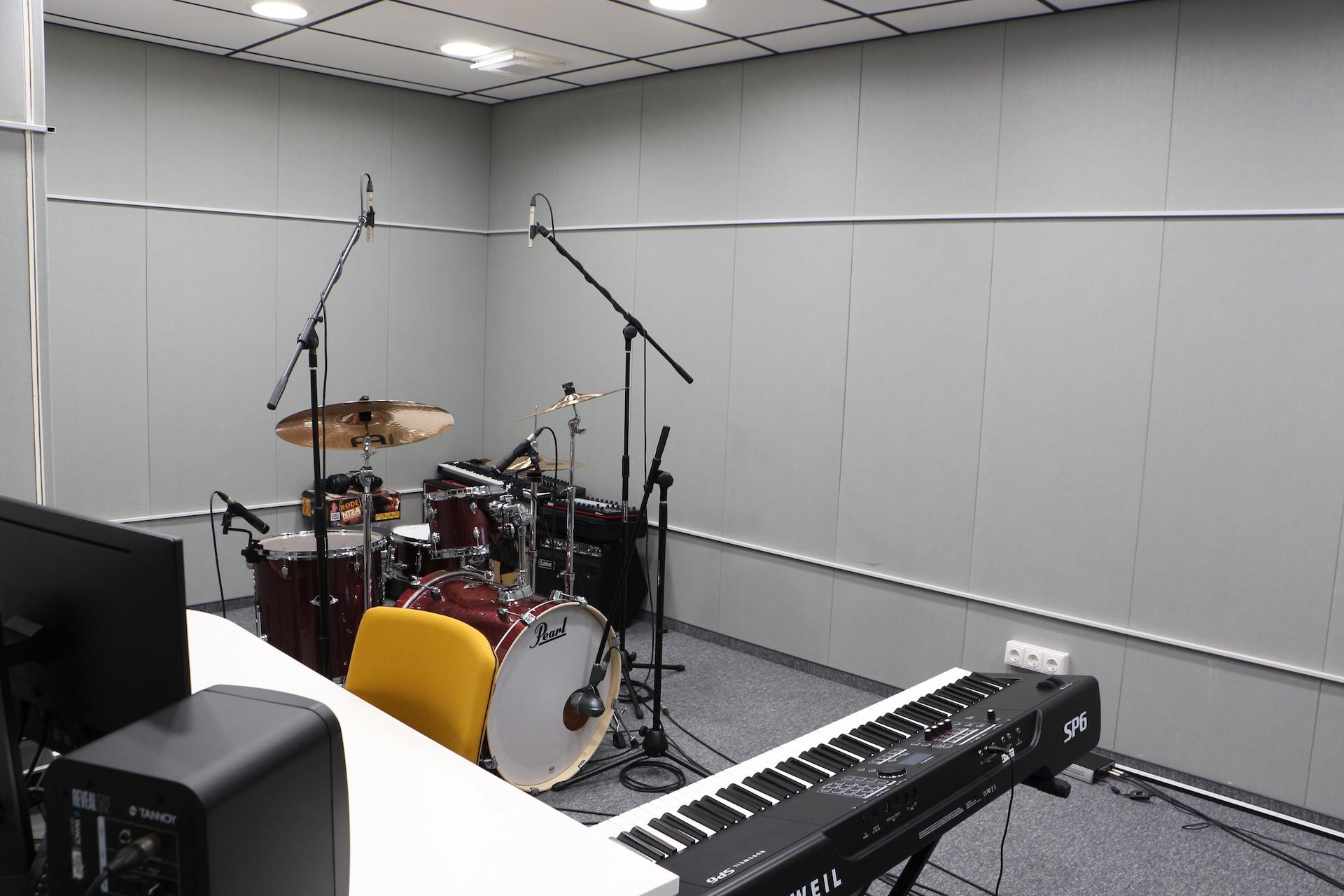 Įrašų studijoje yra mikrofonai, būgnai, sintezatorius – pagrindiniai dalykai reikalingi ne tik vokalo, bet ir muzikos įrašymui. Be abejo, žmonės gali atsinešti ir savo instrumentus. / Eglės Kuktienės nuotr.