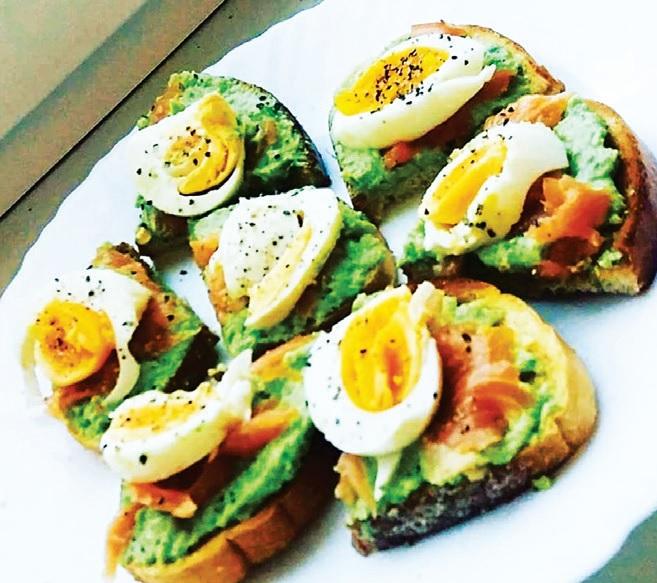 Sumuštinukai su lašiša, avokadu ir kiaušiniu.