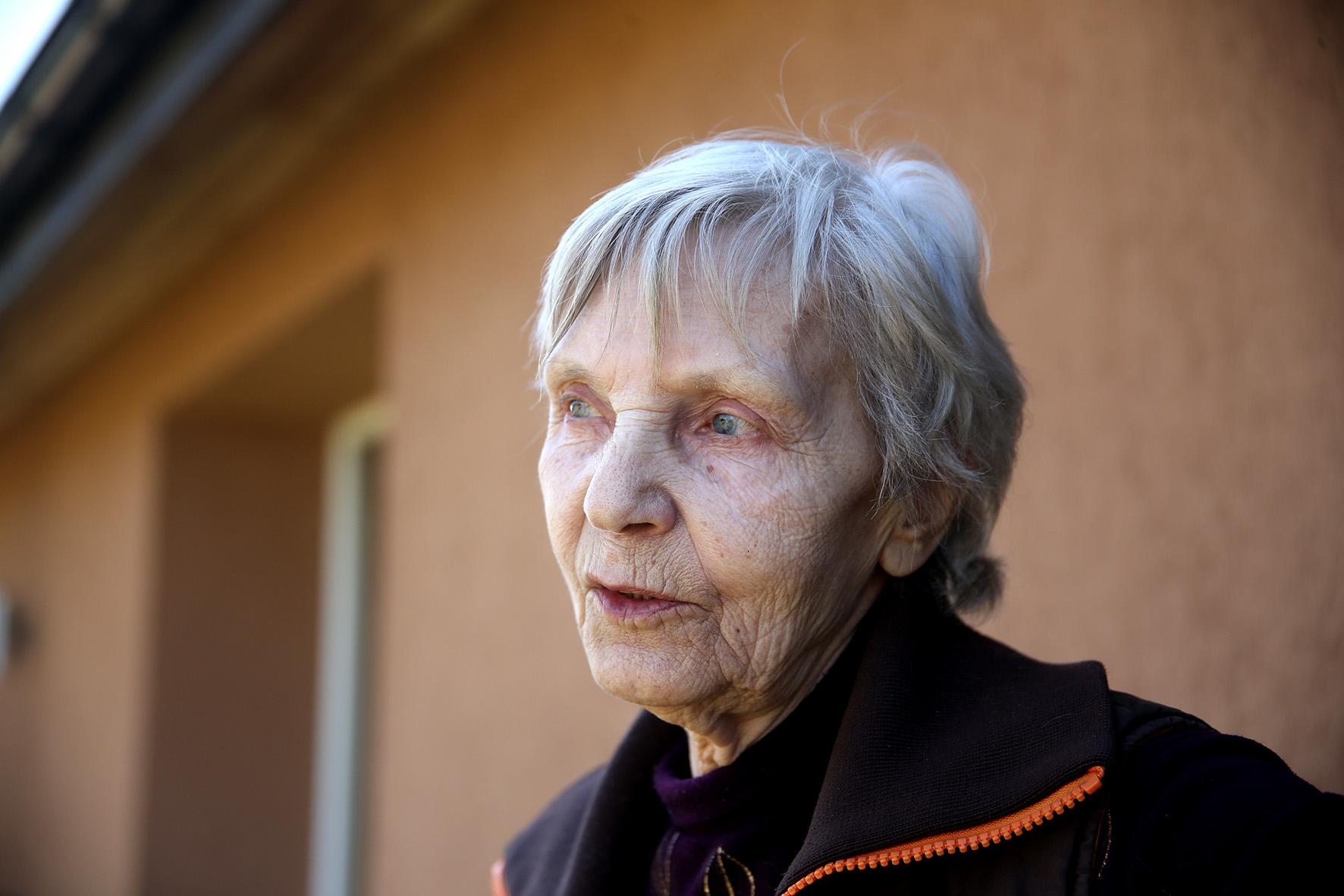 Iš didelės trobos išeina močiutė, kuri skuba su mumis pasilabinti. Tai ilgametė kaimelio gyventoja Valentina. Moteris kaime gyvena pusšimtį metų. Algimanto Barzdžiaus nuotr.