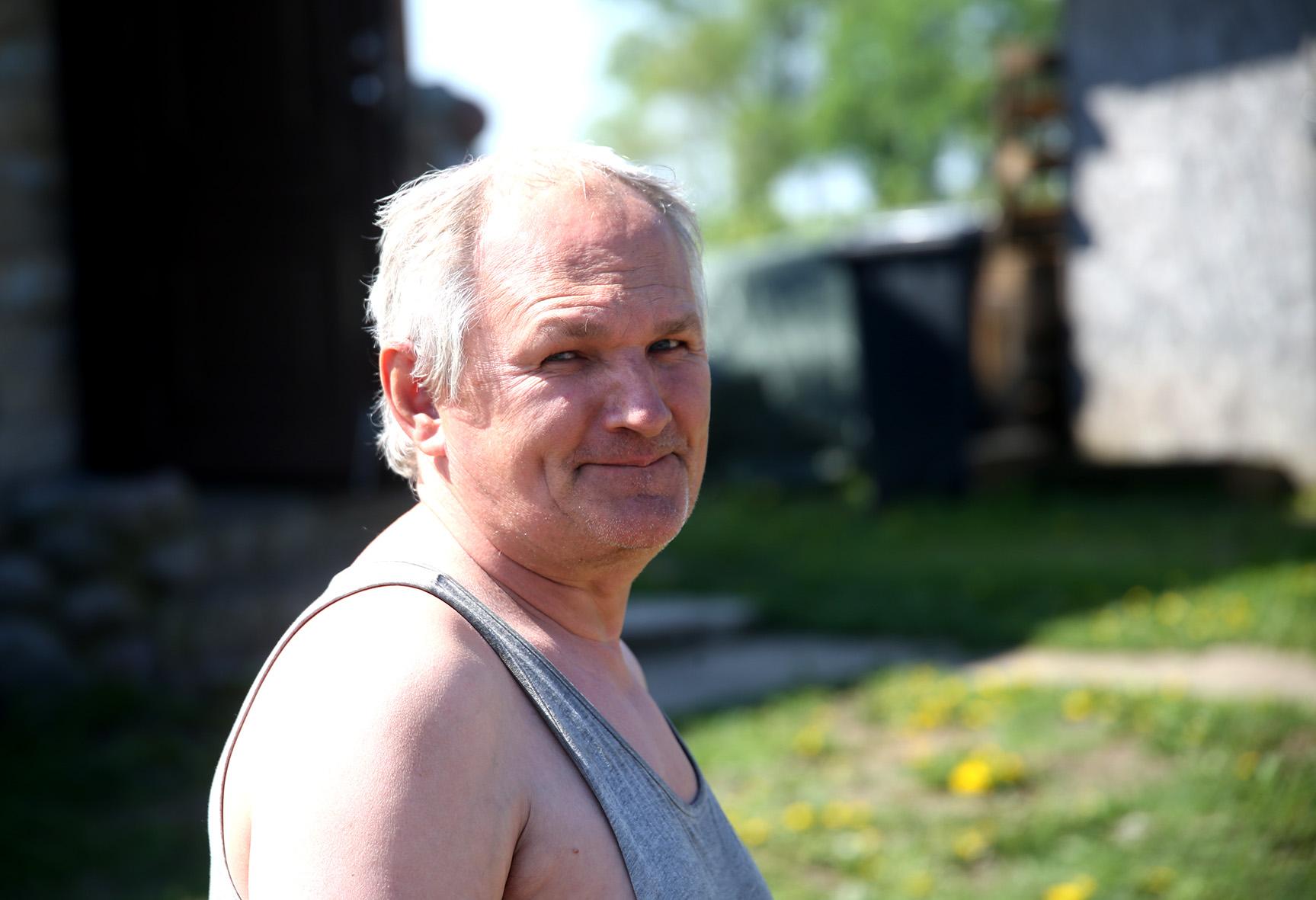 Bekalbant su Valentina prie mūsų prieina vyriškis, plačiai besišypsantis ir gerai nusiteikęs. Tai Viktoras. Senas geras bičiulis Viktoras. Algimanto Barzdžiaus nuotr.
