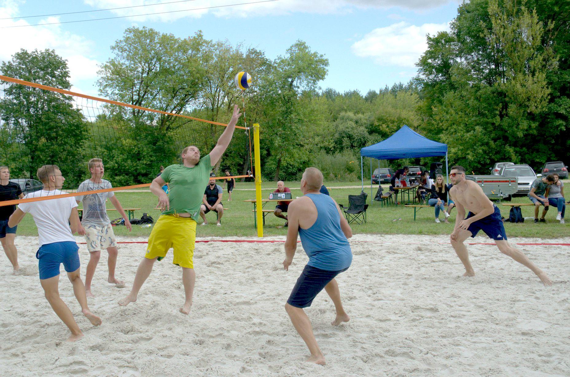 Akimirka iš sporto dienos – paplūdimio tinklinio ir smiginio varžybos./ I. Kriščiūnienės nuotr.
