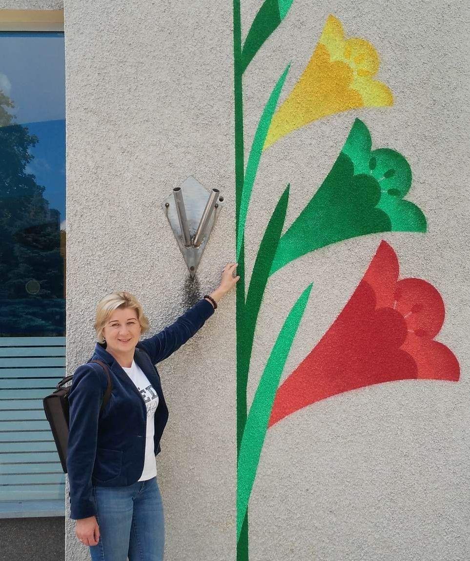 Surviliškyje gimusi, užaugusi ir čia likusi gyventi Irena Vaitkevičienė didžiuojasi savo gimtuoju miesteliu./ I. Kriščiūnienės nuotr.