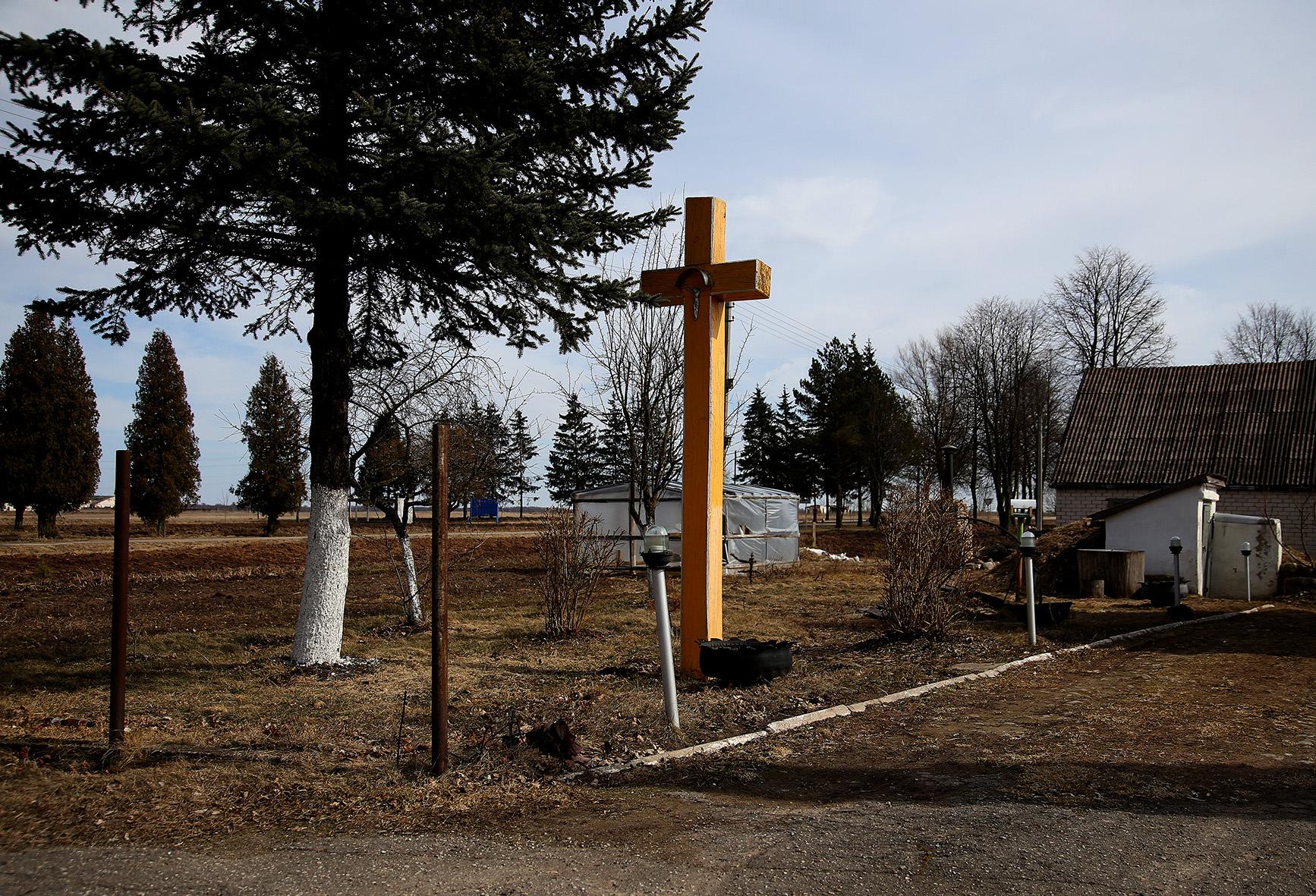 Tai vienoje, tai kitoje sodyboje matome stovinčius įspūdingo dydžio ir įvairių spalvų kryžiai. A. Barzdžiaus nuotr.
