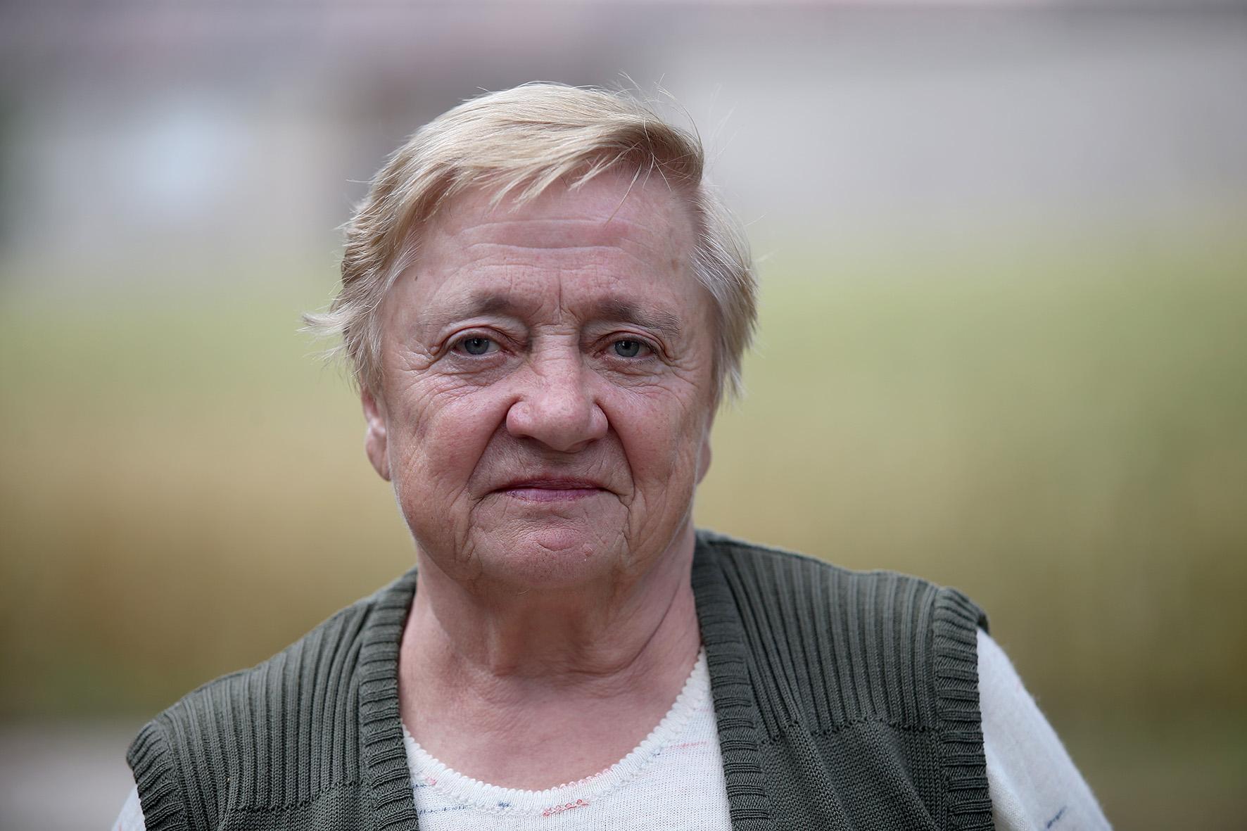 Šventybrasčio kaimo gyventoja Regina Ramanauskienė džiaugiasi, kad kaime organizuojami įvairūs renginiai, tvarkoma aplinka. Algimanto Barzdžiaus nuotr.
