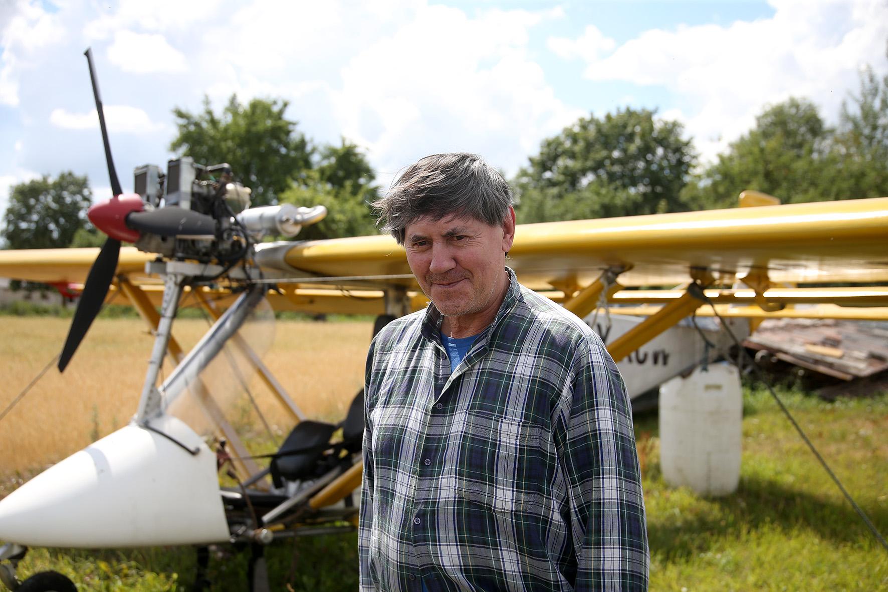 Jau daugiau nei 40 metų piloto stažą turinčiam lakūnui  Jonui Subačiui skraidymas – tikras malonumas. Algimanto Barzdžiaus nuotr.