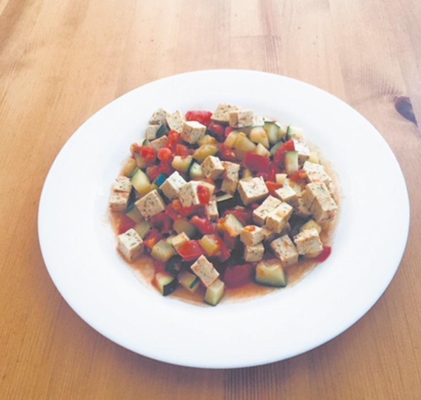 Cukinijų, pomidorų ir tofu sūrio troškinys. D. Paslausko nuotr.