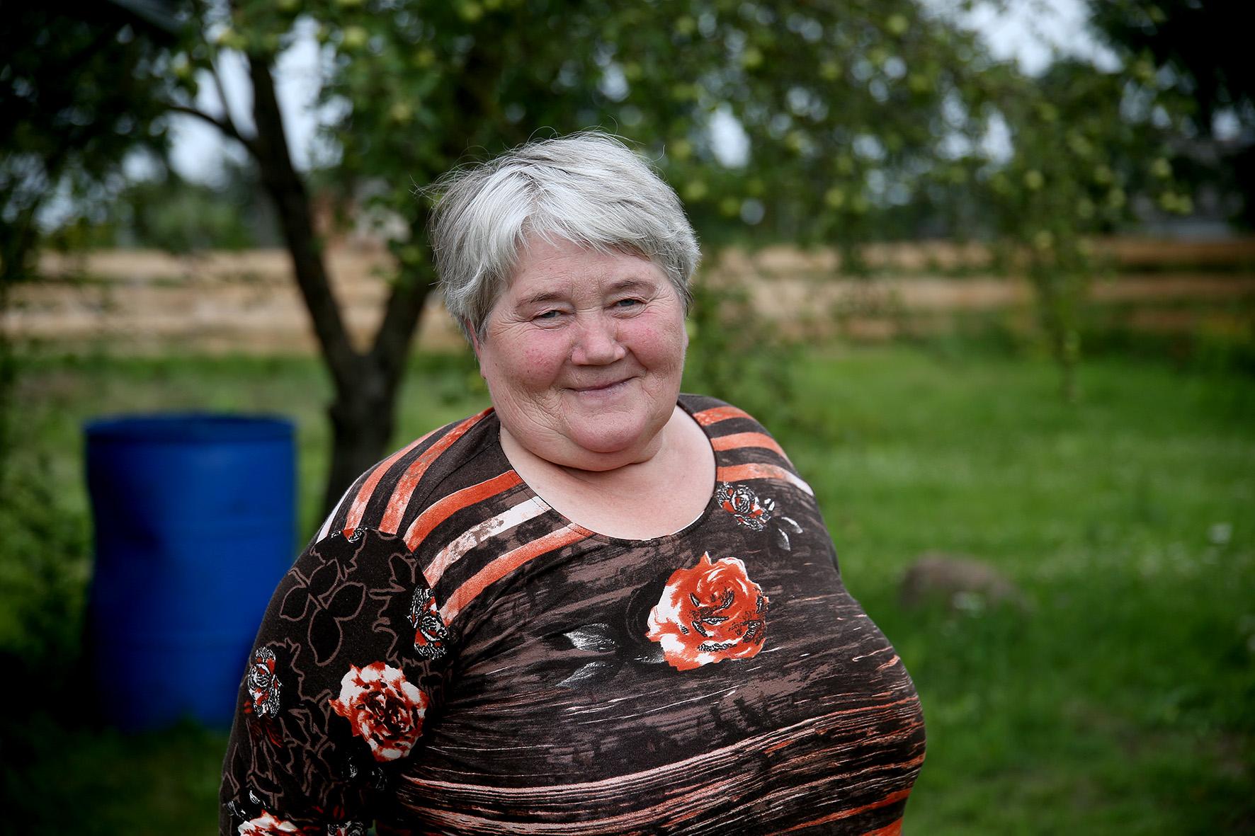 Apžiūrėję sudegusį namą patraukiame toliau ir sutinkame kieme besidarbuojančią ponią  Njolę, kuri yra gimusi ir augusi šiame kaime. A. Barzdžiaus nuotr.