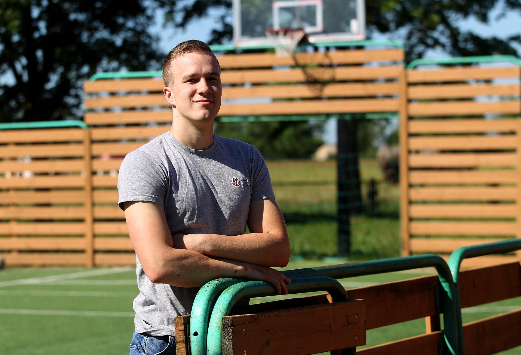 Vikaičiuose gimęs ir augęs Arnas Zakarevičius grįžęs į gimtąjį kaimą beveik visą savo laisvą laiką praleidžia netoli bendruomenės namų įrengtame manieže.