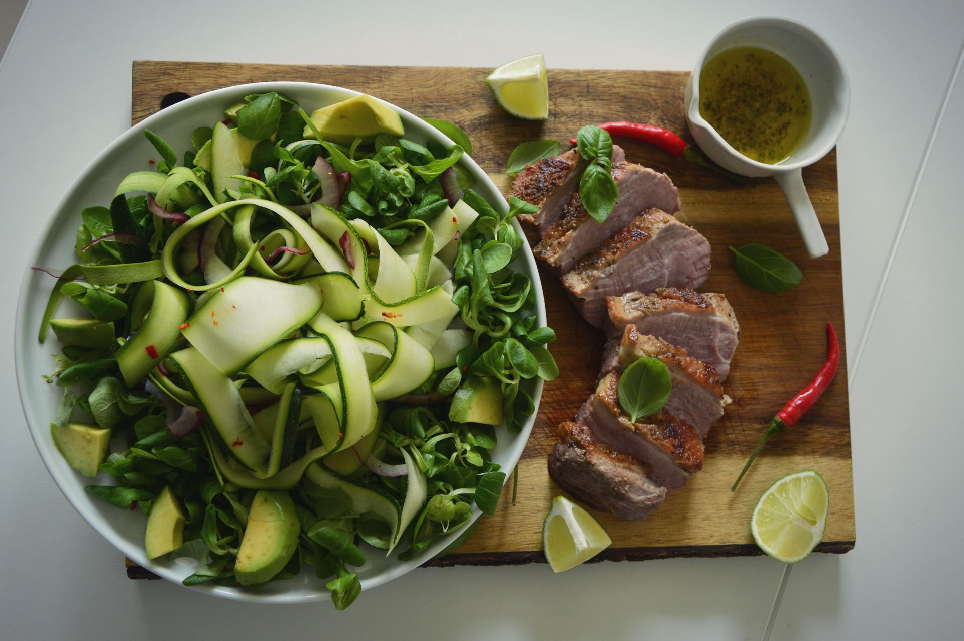 Paprastos sultenių ir cukinijų kaspinėlių salotos.