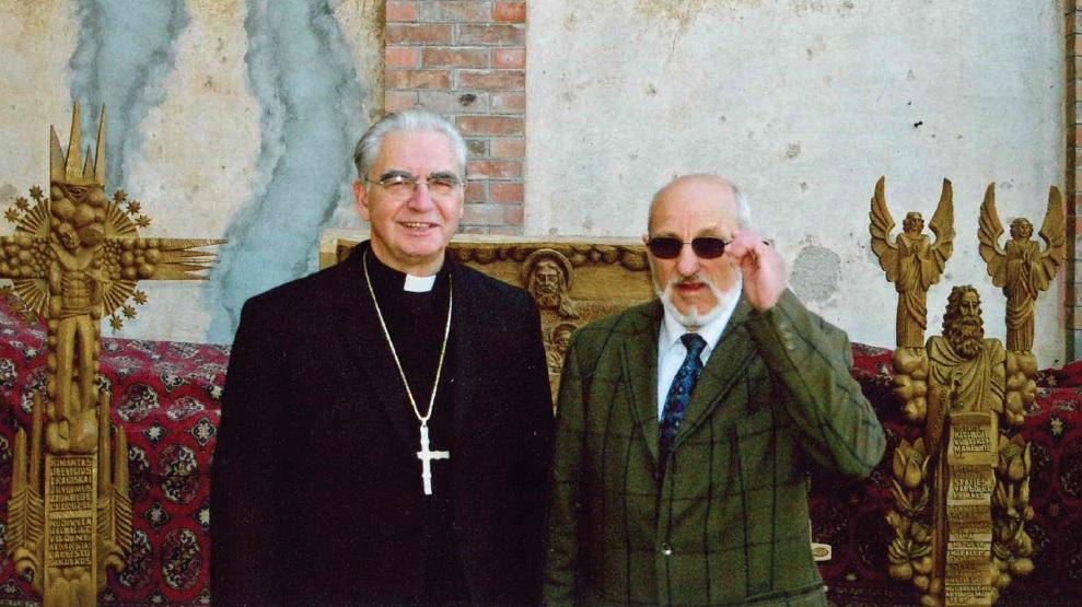 Su kardinolu Audriu Juozu Bačkiu Vatikane prie savo dovanotų darbų, 2007 m. Asmeninio archyvo nuotr.