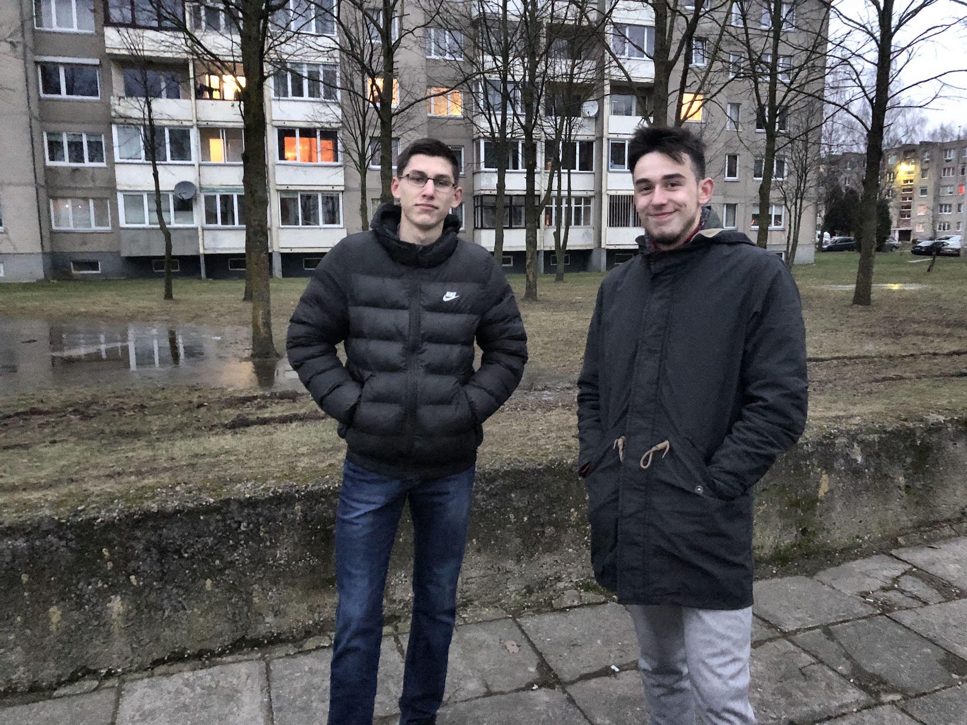 Karolis Sereika (kairėje) ir Matas Sinickas patikina – visi keturi vaikinai į šį projektą įdėjo po lygiai darbo, laiko, minčių ir... vilčių. Asmeninio archyvo nuotr.