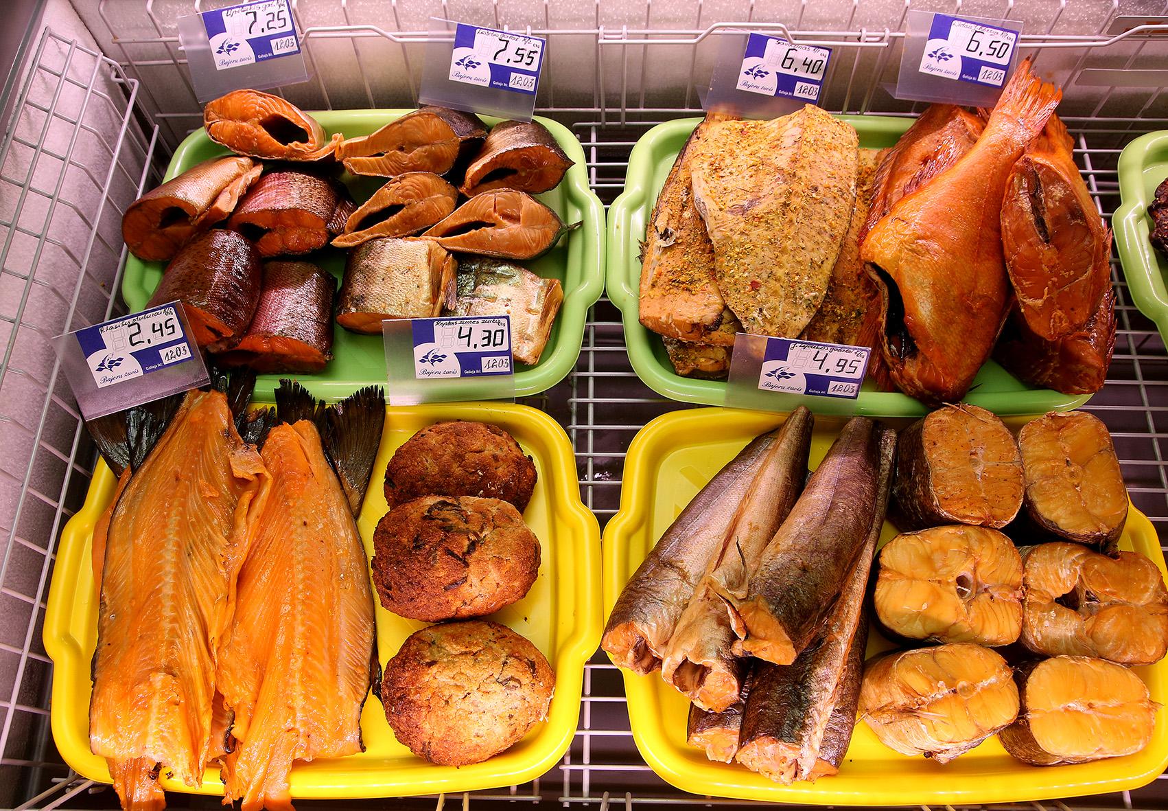 """Žuvies parduotuvė """"Bajorų žuvis"""" pirkėjams siūlo aukštos kokybės, be jokių sintetinių maisto priedų žuvis ir jos produktus. / A. Barzdžiaus nuotr."""